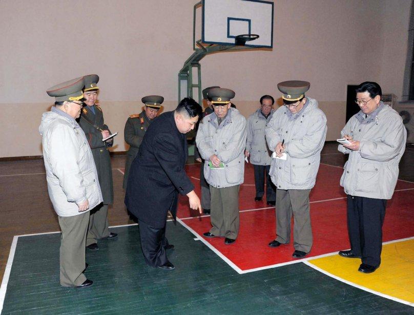 En visite à l'École révolutionnaire de Mangyongdae dans le cadre des festivités entourant le Nouvel an lunaire, Kim Jong-un a inspecté le terrain de basket du gymnase avec intérêt, lui qui est connu pour entretenir une véritable passion pour le basketball et la NBA et avoir lui même fouler les courts. | 9 février 2012