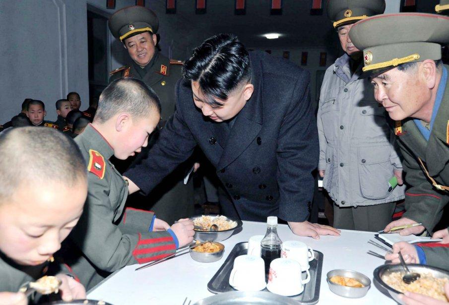 Jong-un et ses généraux ont visité la cantine de l'école militaire lors de leur visite à Mangyongdae. Le leader nord-coréen semblait s'intéresser tout particulièrement au plat que ce soldat en herbe mangeait. | 9 février 2012