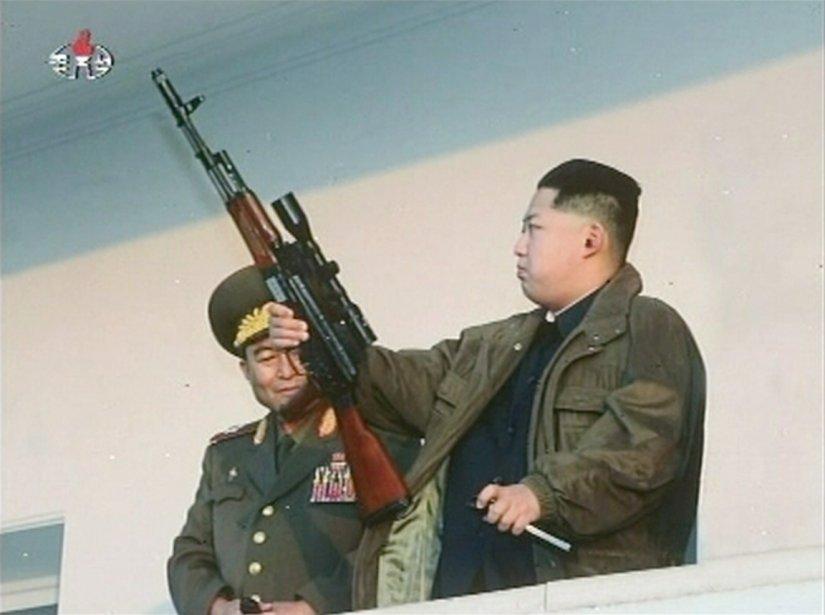 En plus d'avoir la noblesse et l'élégance du chevalier, Kim Jong-un est un tireur d'élite pour qui le maniement des armes n'a aucun secret. | 9 février 2012