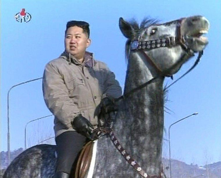 Kim Jong-un, le chevalier. Cette image est tirée d'un film de propagande diffusé par la télévision d'État à l'occasion du «30e anniversaire» du leader nord-coréen. | 9 février 2012