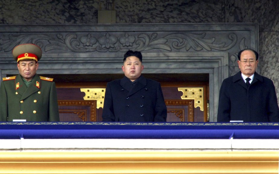 Le jeune leader est entouré du président du Présidium de l'Assemblée populaire suprême, Kim Yong Nam (à droite), et du numéro 2 de l'Armée populaire de Corée, Ri Yong Ho, lors d'une cérémonie en l'honneur de son père Kim Jong-il. | 9 février 2012