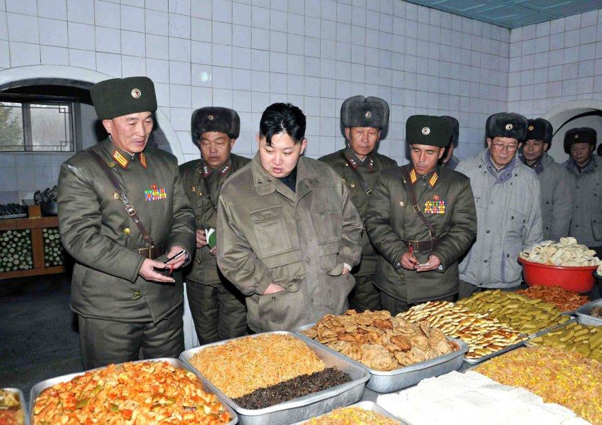 L'inspection des cuisines de l'Unité 169 de l'Armée populaire de Corée semble faire saliver le nouveau leader. | 9 février 2012