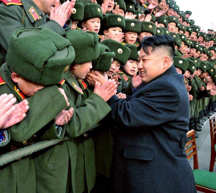Kim Jong-un a salué chaleureusement les cadets, lors de sa visite à l'École révolutionnaire de Mangyongdae. | 9 février 2012