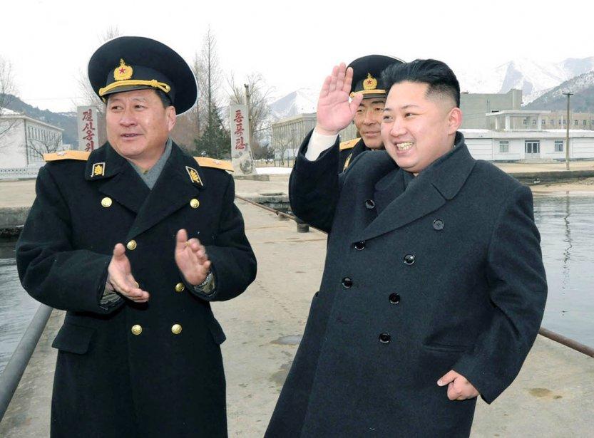 Kim Jong-un, au côté de deux officiers de la marine nord-coréenne, salut les marins de l'Armé populaire de Corée, alors qu'il inspecte l'Unité 158. | 9 février 2012