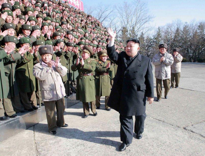 Kim Jong-un passe en revue l'immense Unité 324. | 9 février 2012