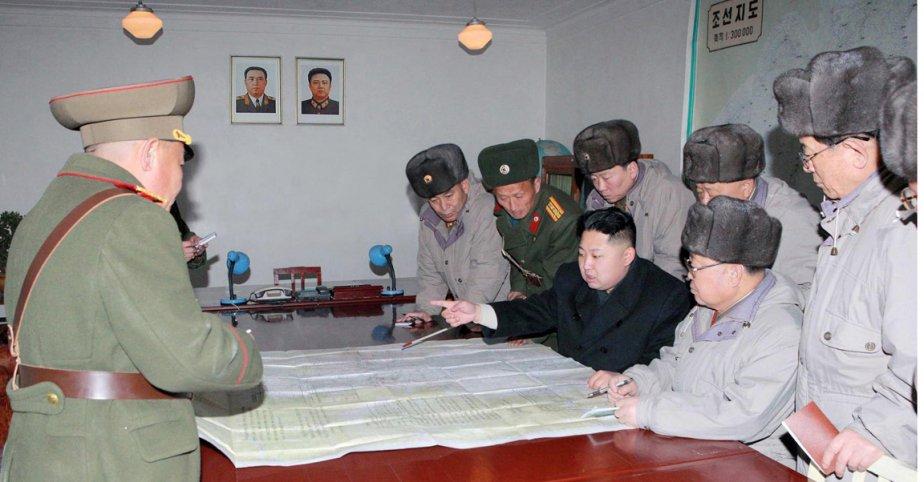 Stratège militaire hors pair. Le commandant suprême Kim Jong-un expose sa vision guerrière aux officiers de l'Unité 324. | 9 février 2012