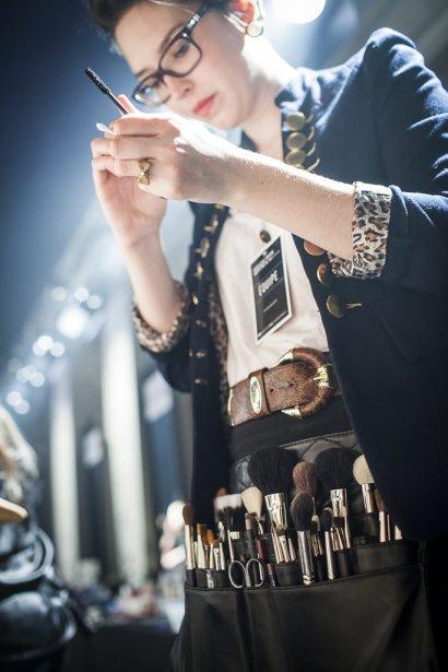 Une maquilleuse se prépare avant l'arrivée des mannequins | 9 février 2012