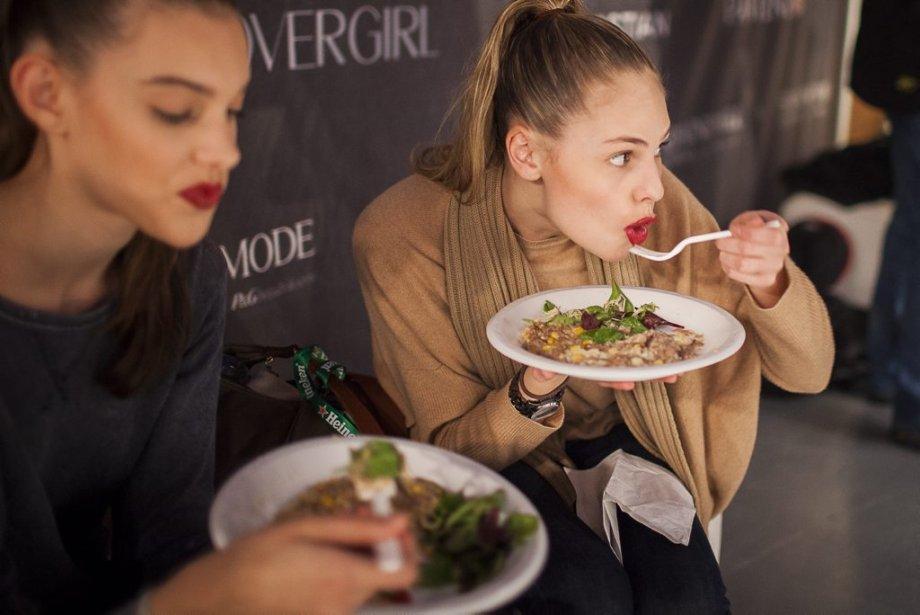 Des mannequins mangent une bouchée entre deux défilés. | 9 février 2012
