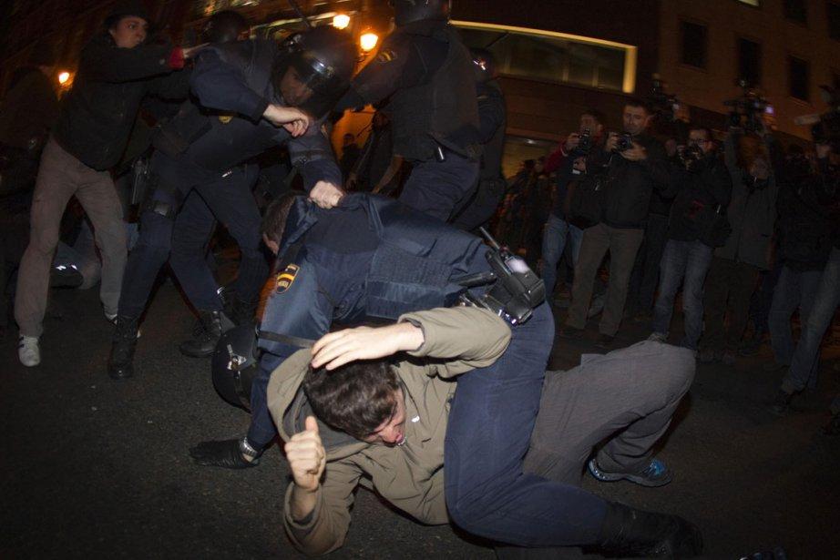 De nombreux policiers ont dû intervenir à Puerta... (Photo Reuters)