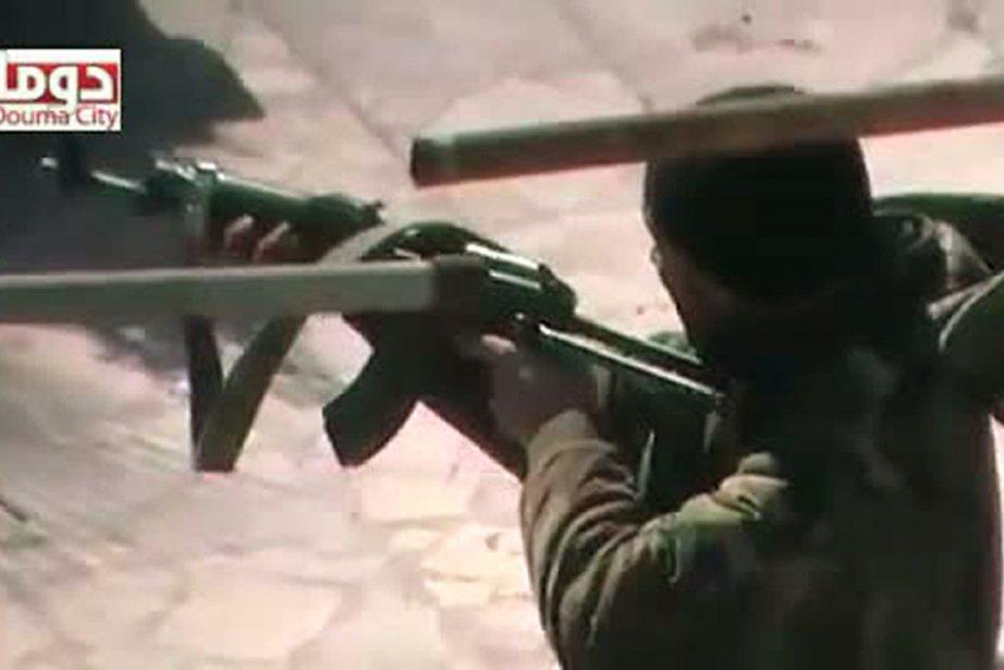 Un soldat tirant, sur une vidéo mise en... (Photo AFP/Youtube)