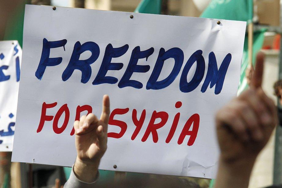 Des gens protestent contre le régime syrien au... (Photo: Reuters)