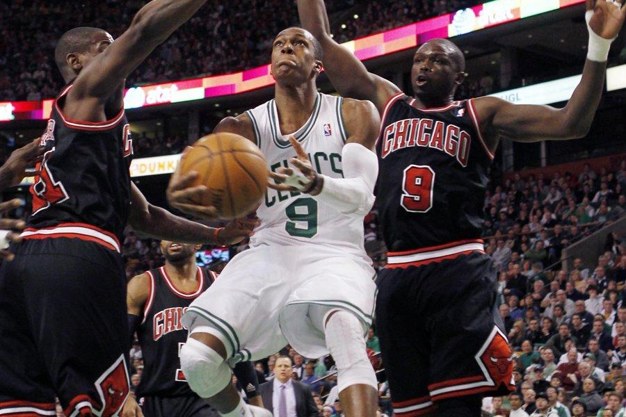 Rajon Rondo, des Celtics, se faufile entre Ronnie... (Photo: Reuters)