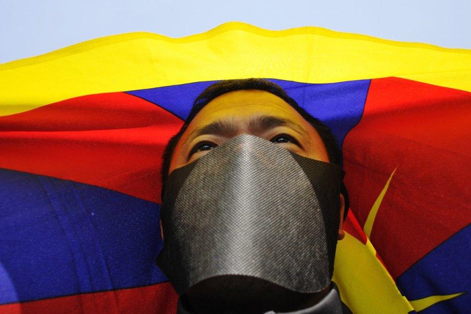 Un Tibétain en exil participe à une manifestation... (Photo: Tsering Topgyal, AP)
