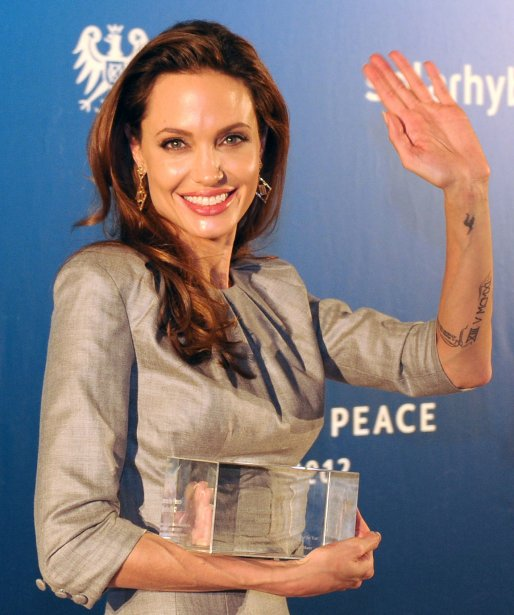 Angelina Jolie a reçu le Honorary Award for opposing War and Genocide au gala Cinema for Peace. | 13 février 2012