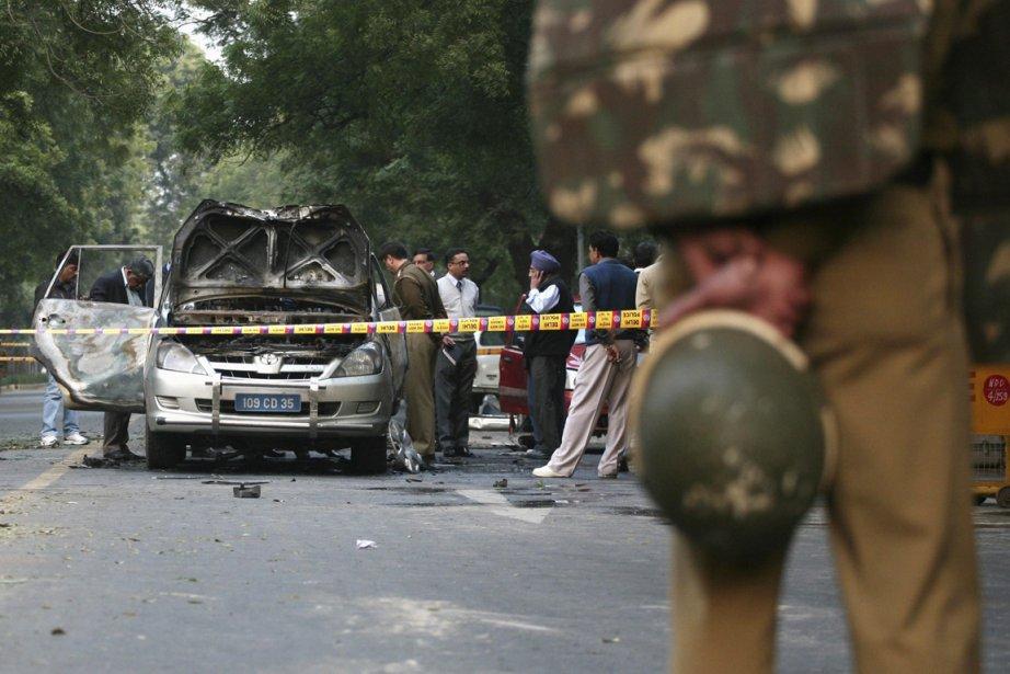 Des policiers et des techiniciens médico-légales examinent la... (Photo: Parivartan Sharme, Reuters)