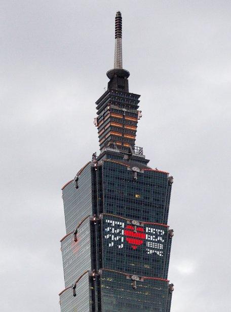 Des mots d'amour ornent l'ex-édifice le plus haut du monde, le 101 Taipei (il fut détrôné par la Burj Khalifa de Dubaï en 2008). Quelque 101 personnes ont déboursé 1758$ pour inscrire leur message d'amour sur le gratte-ciel de la capitale taïwanaise. | 14 février 2012