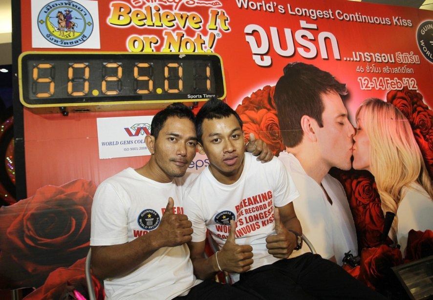 Nontawat Jaroengsornsinpose (à gauche) et Thanakorn Sittiamthong ont remporté le concours du Plus long baiser du monde, avec un nouveau record de 50 heures, 25 minutes et une seconde, lors de la compétition se déroulant à Pattaya dans le sud-est de la Thaïlande. | 14 février 2012