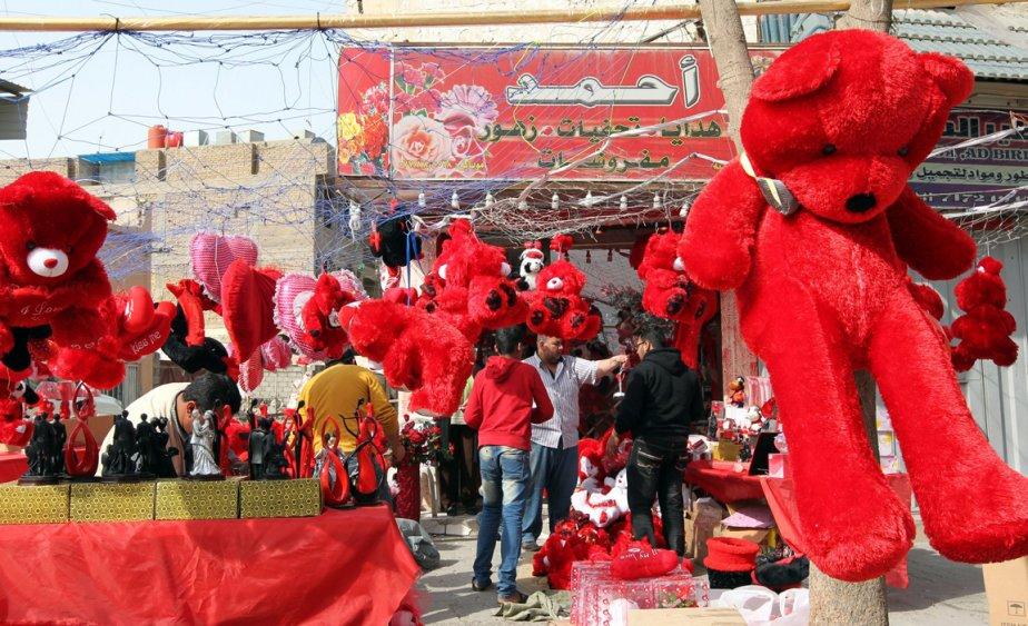 Un ours en peluche géant ainsi que d'autres jouets et figurines à l'effigie de la saint-Valentin sont en vente dans ce marché de Bagdad. | 14 février 2012