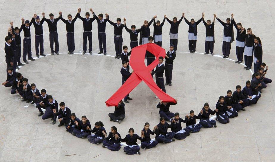 Des étudiants forment un coeur au centre duquel ils portent un ruban rouge, lors d'une campagne de sensibilisation au VIH qu'ils ont conduit durant la journée de la Saint-Valentin, dans la ville de  Chandigarh, dans le nord de l'Inde. | 14 février 2012