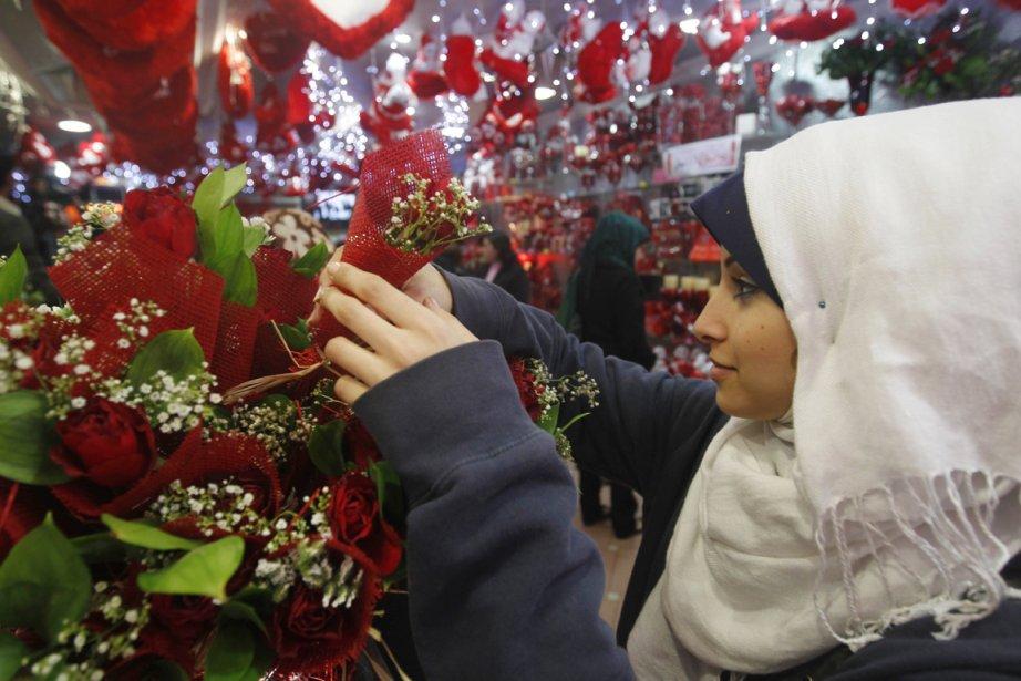 Une femme choisit des fleurs chez un fleuriste de Gaza. | 14 février 2012
