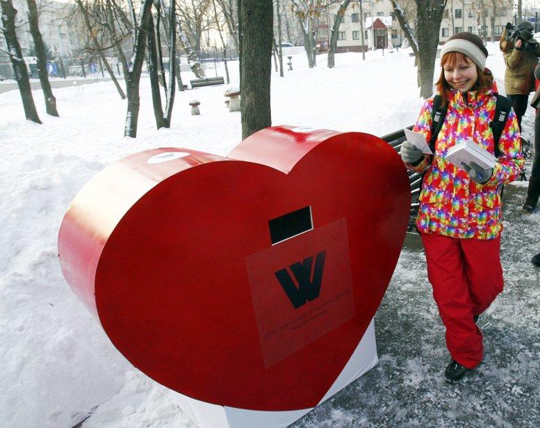 Une participante au projet intitulé «Réseau de partisans de Vladimir Poutine» dépose des cartes de la Saint-Valentin dans un coeur géant placé en face de la Maison-Blanche russe, QG du premier ministre et du gouvernement. Les partisans de Poutine ont amassé plus de 10 000 cartes afin d'adresser leur amour et leurs meilleurs voeux à Poutine. | 14 février 2012