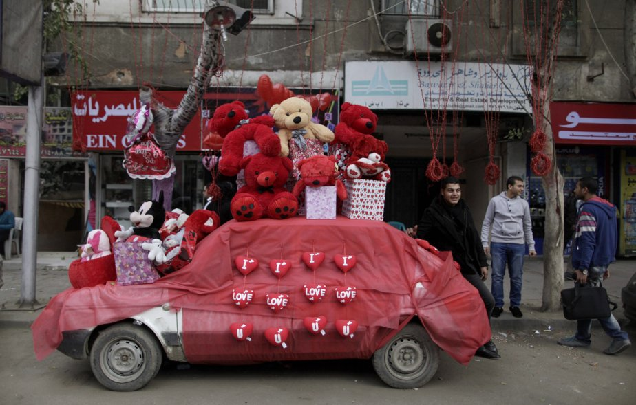 Un commerçant du Caire, a décoré sa voiture avec des peluches aux couleurs de la Saint-Valentin, afin d'attirer les clients en cette journée de la fête des amoureux. | 14 février 2012