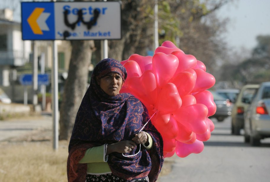 Une femme vend des ballons en forme de coeur dans la capitale pakistanaise Islamabad. | 14 février 2012