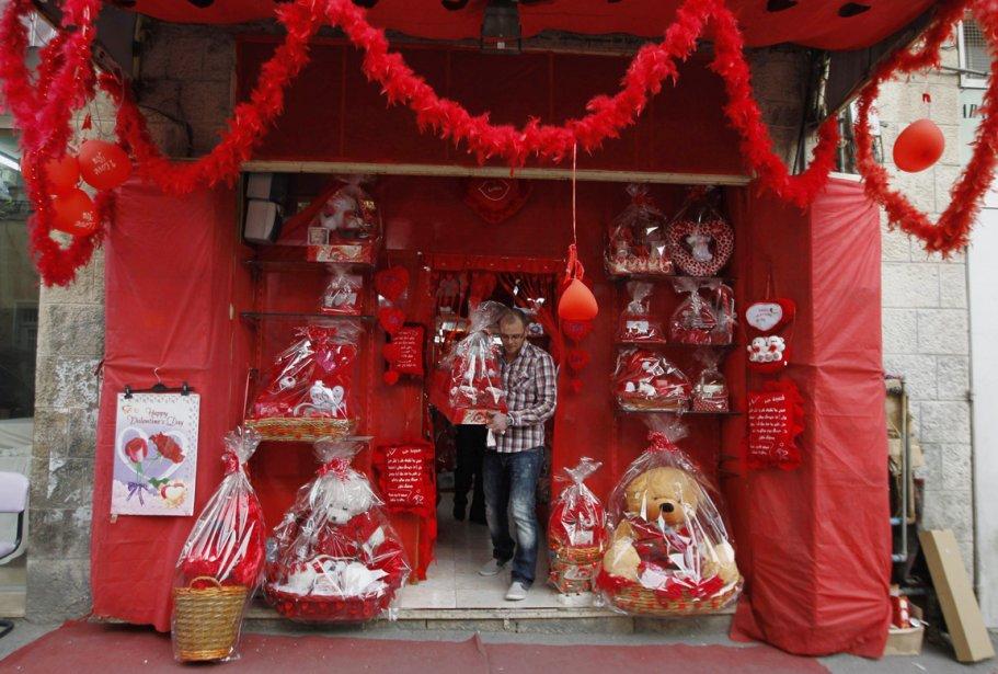 Un homme sort d'un magasin ayant fait de la Saint-Valentin sa spécialité, à Jérusalem-Est. | 14 février 2012