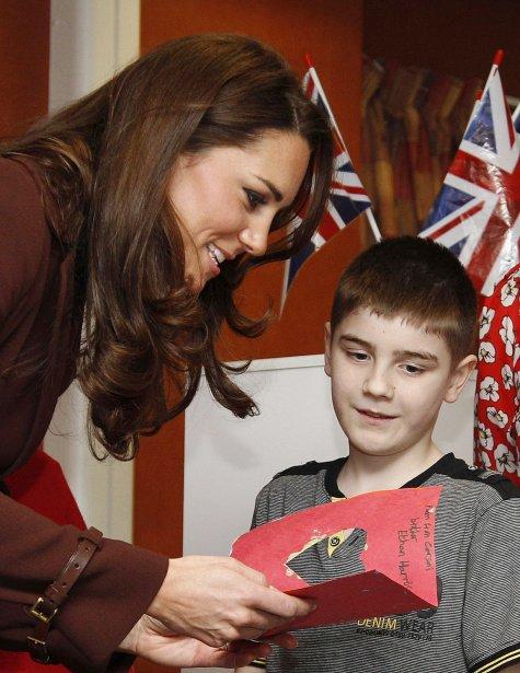 La Duchesse de Cambridge Kate Middleton ne passera peut-être pas la Saint-Valentin en compagnie de son prince William qui est retenu aux Malouines, mais elle a pu compter sur le jeune Ethan Harris pour recevoir une carte de la Saint-Valentin, lors d'une visite qu'elle a effectué à l'hôpital pour enfants Alder Hey de Liverpool. | 14 février 2012