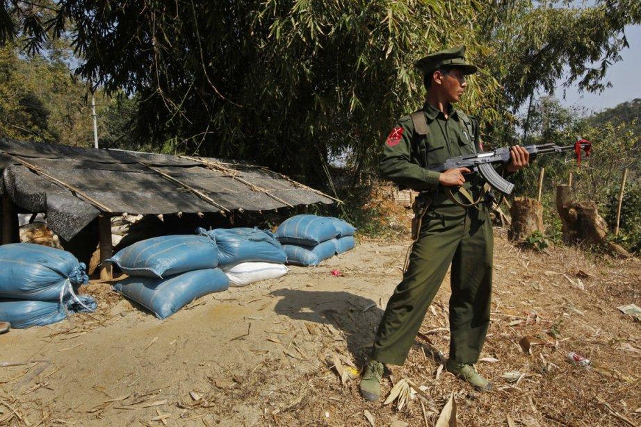 Un combattant kachin défend une position des rebelles... (Photo: Vincent Yu)