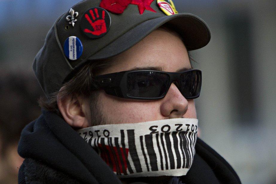 Environ 500 étudiants de l'Université du Québec à Montréal sont sortis dans les rues pour manifester contre la hausse des frais de scolarité, alors que plusieurs associations étudiantes votaient pour obtenir des mandats de grève générale. (Photo: Patrick Sanfaçon, La Presse)
