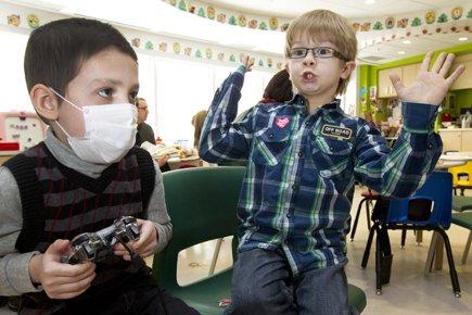 James Harrison, 6 ans, à droite, pose pour... (Photo: Robert Skinner, La Presse)