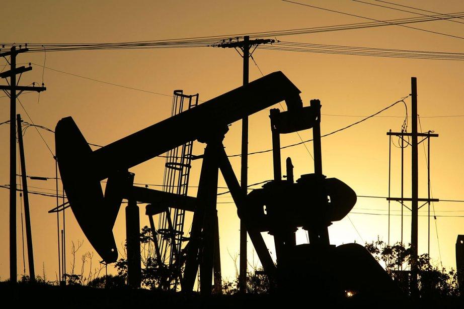 Les prix du pétrole plongeaient de plus de 3 dollars mercredi en... (Photo AFP)