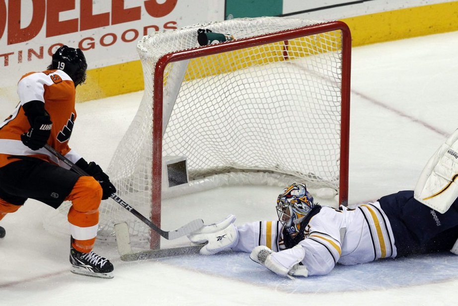 Ryan Miller ne peut rien faire face à... (Photo : Alex Brandon, AP)