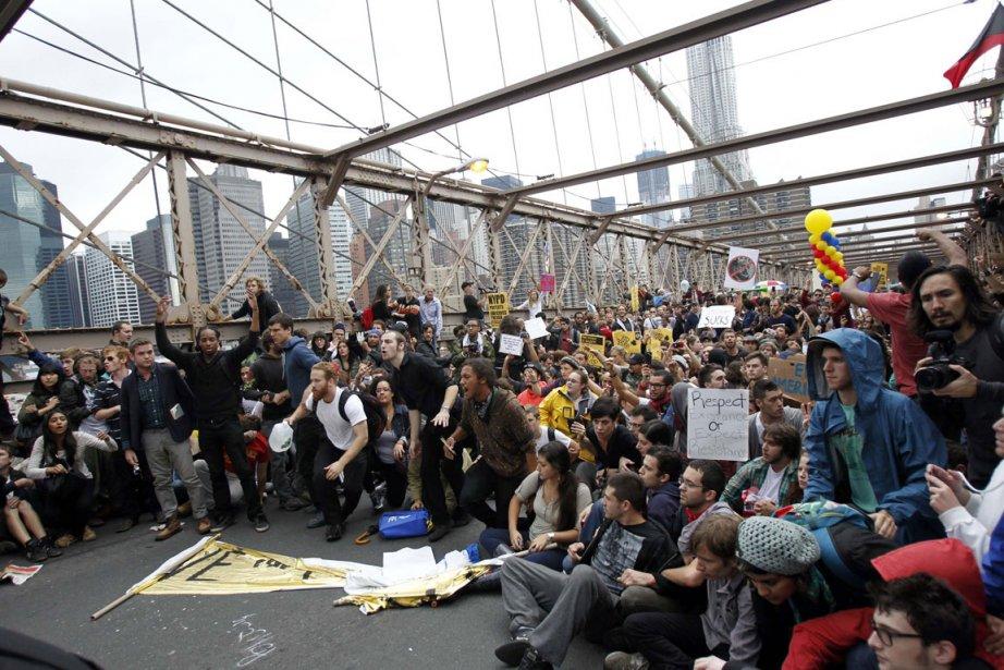 Mouvement Occupons Wall Street sur le pont de... (Photo Reuters)
