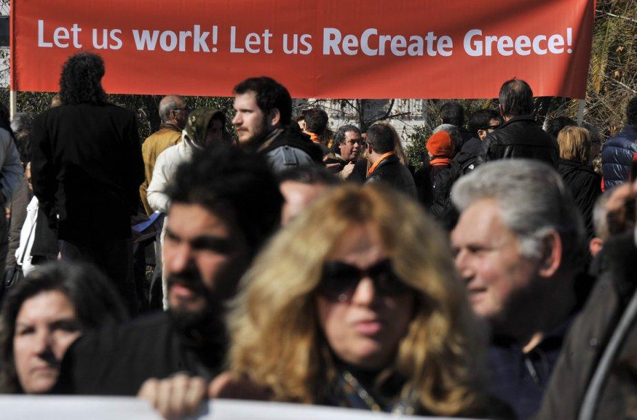 Les manifestants étaient encore nombreux devant le parlement... (Photo AFP)