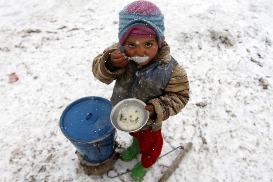 Un jeune garçon de huit ans mange son... (Photo: AFP)
