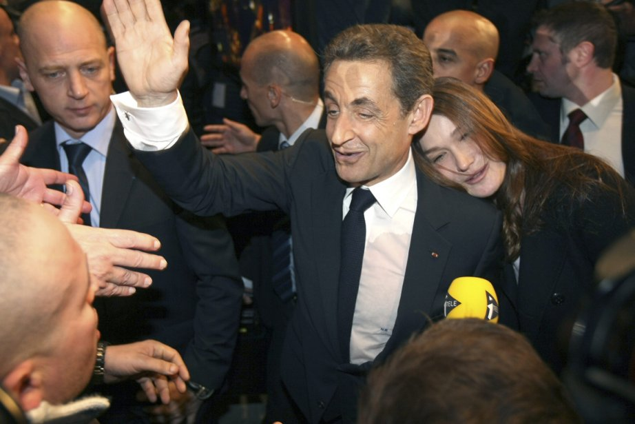 Carla Bruni-Sarkozy trouve refuge sur l'épaule de son... (Photo Claude Paris, AP)