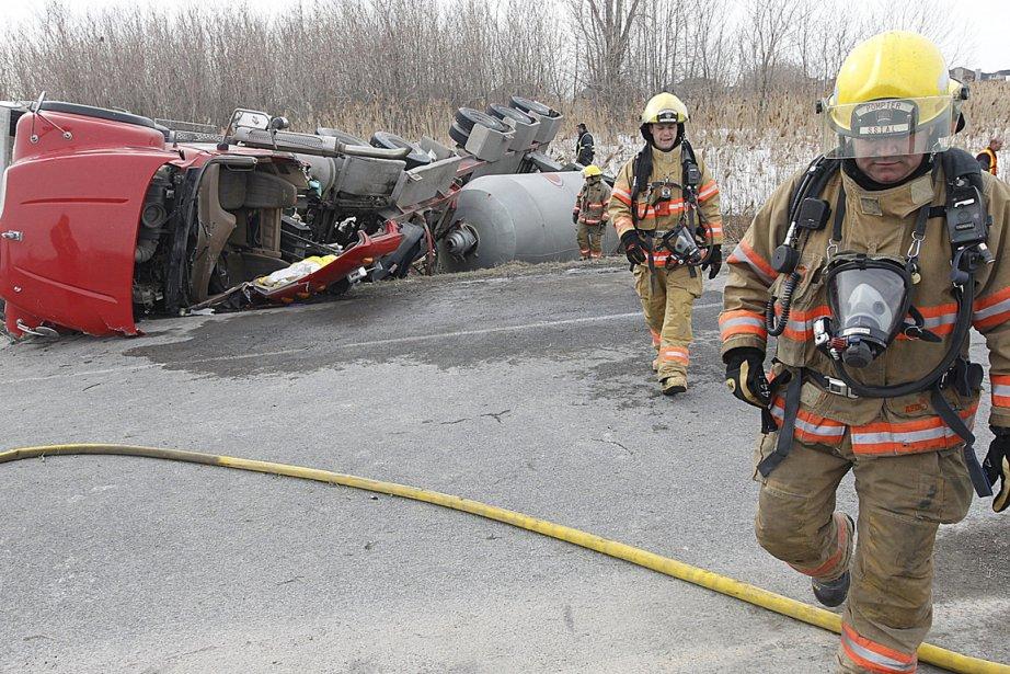 L'opération de remorquage du camion s'avère délicate puisqu'il... (Photo : Patrick Sanfaçon, La Presse)