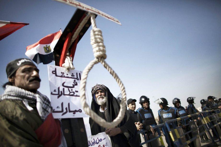 Des dizaines de manifestants, partisans et adversaires de... (Photo: Marco Longari, AFP)