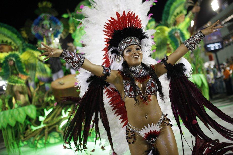 Une danseuse de la troupe de samba Mangueira à Rio de Janeiro, au Brésil. | 22 février 2012