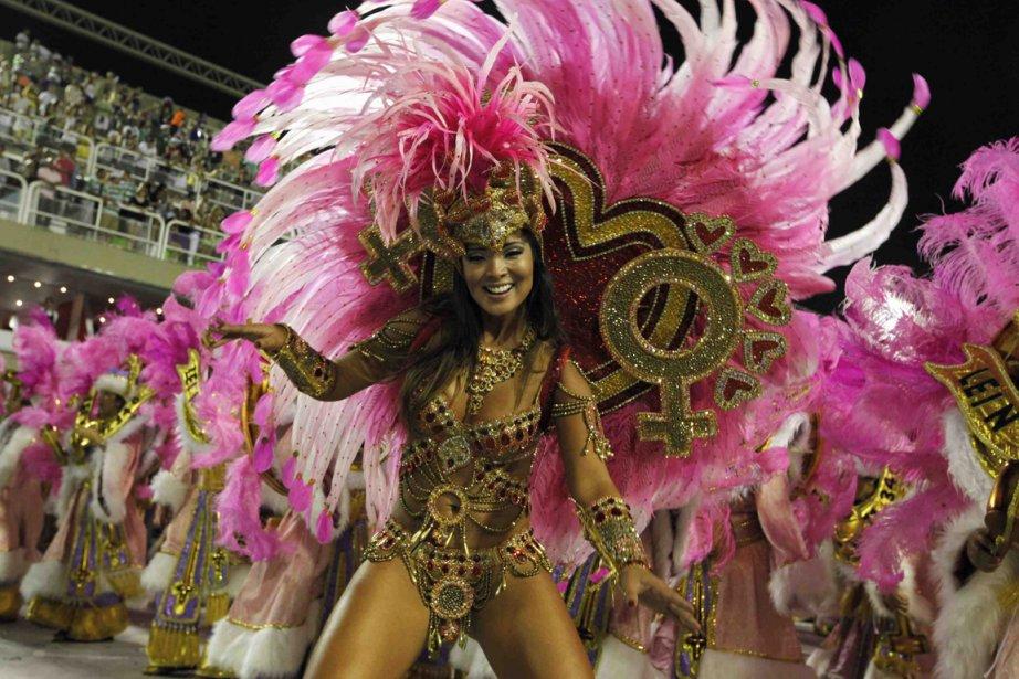 Une danseuse de la troupe de samba Grande Rio à Rio de Janeiro, au Brésil. | 22 février 2012