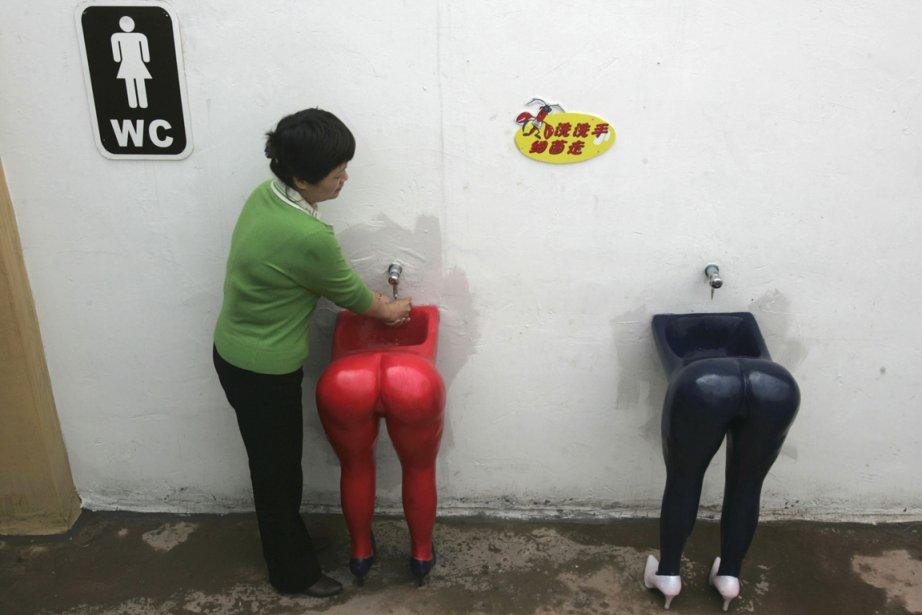 Une femme utilise un lavabo au design particulier... (Photo: Archives Reuters)