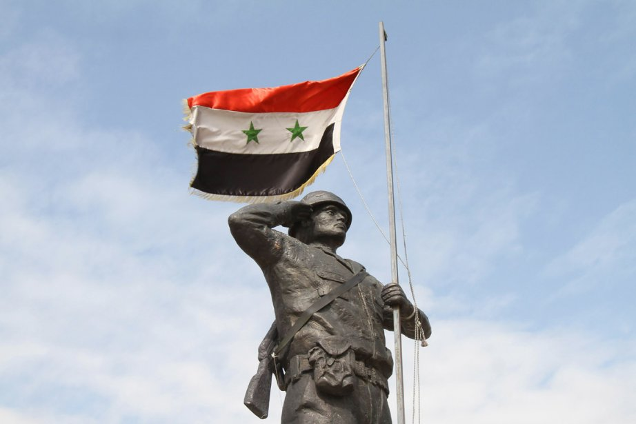 Un drapeau syrien flotte sur la statue du... (Photo: Anwar Amro, AFP)