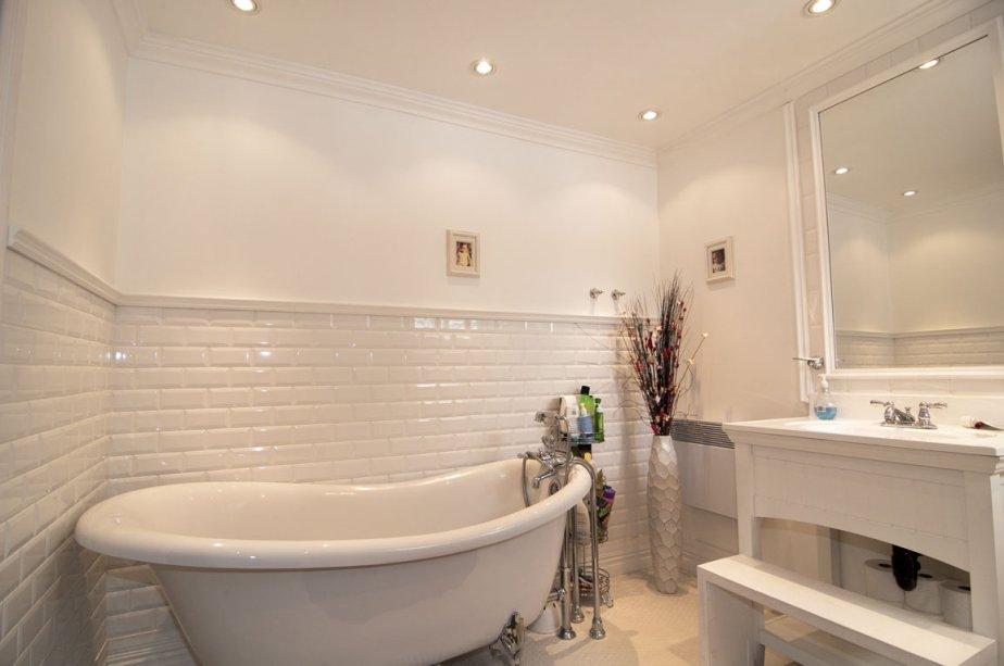 Contrairement à la salle de bains de la chambre principale, toute carrelée de noir, la salle de bains des enfants brille par sa blancheur. | 24 février 2012