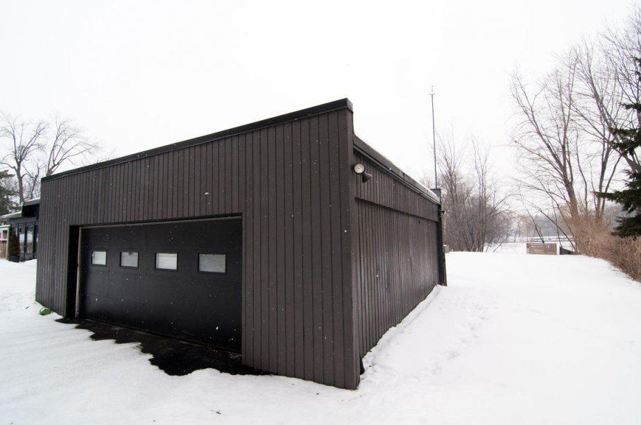 Le garage double largeur est attaché à la maison. | 24 février 2012