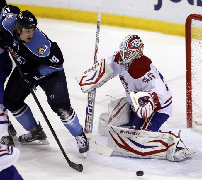 Peter Budaj bloque un tir de Shawn Matthias. | 26 février 2012
