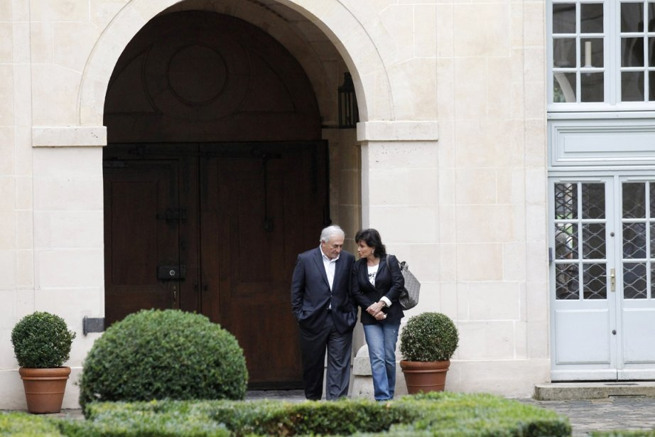 Dominique Strauss-Kahn et sa femme Anne Sinclair, photographiés... (Photo: Pascal Rossignol, Reuters)