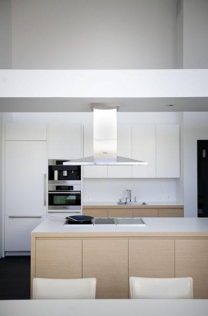 Dans cette cuisine, les façades du rangement sont laquées blanches ou drapées de stratifié, effet bois. | 28 février 2012