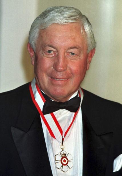 Jean Béliveau après avoir reçu l'Ordre du Canada à Rideau Hall, en 1998. (Reuters)
